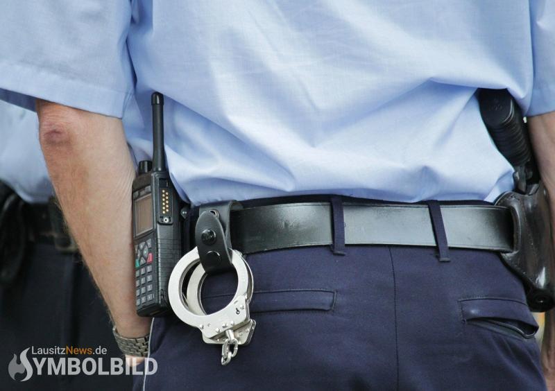 Polizist mit Flasche an Kopf schwer verletzt