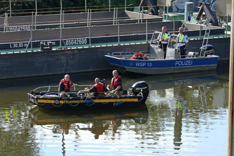Gefahrguteinsatz Ölfilm im Pieschener Hafen - Feuerwehr errichtete Ölsperre