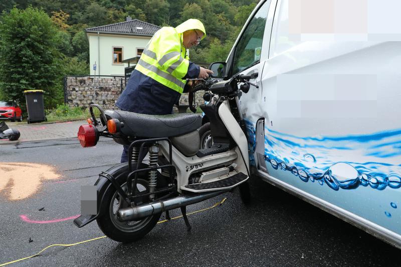 Kleintransporter kollidierte mit Moped - 1 Toter