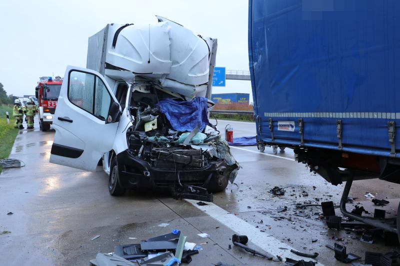 Transporter kracht an Stauende auf LKW: Fahrer tot
