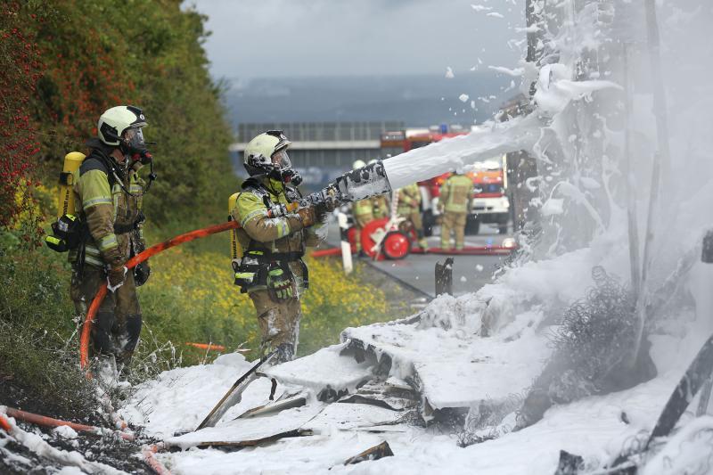 Sattelzug ging nach Reifenschaden in Flammen auf - Autobahn stundenlang gesperrt