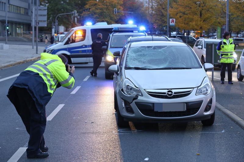 PKW kollidierte mit Fußgängerin