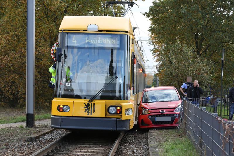 PKW kollidierte am Bahnübergang mit Straßenbahn