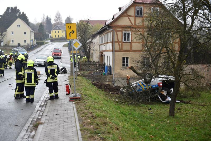 Tschechisches Polizeifahrzeug verunglückt bei Verfolgungsjagd schwer