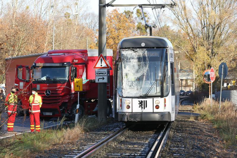 Sattelzug kollidierte mit Straßenbahn - 2 Verletzte