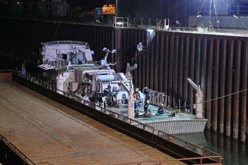 Ehemaliges Minensuchboot mit Wasser vollgelaufen- THW im Einsatz