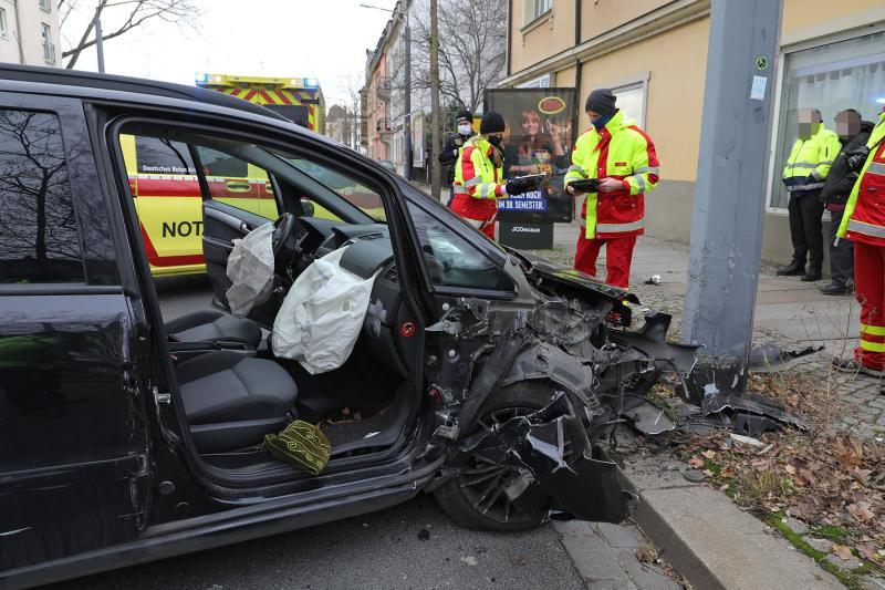PKW prallte gegen Oberleitungsmast - 2 Schwerverletzte