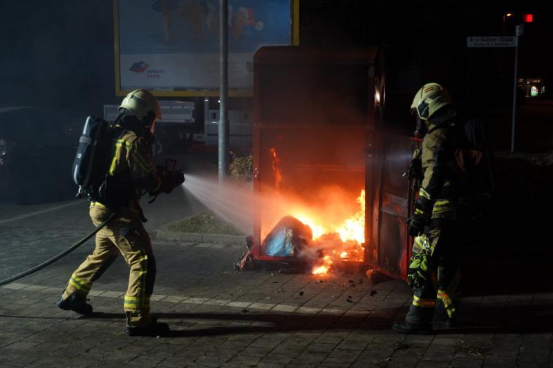 Kleidercontainer in Flammen