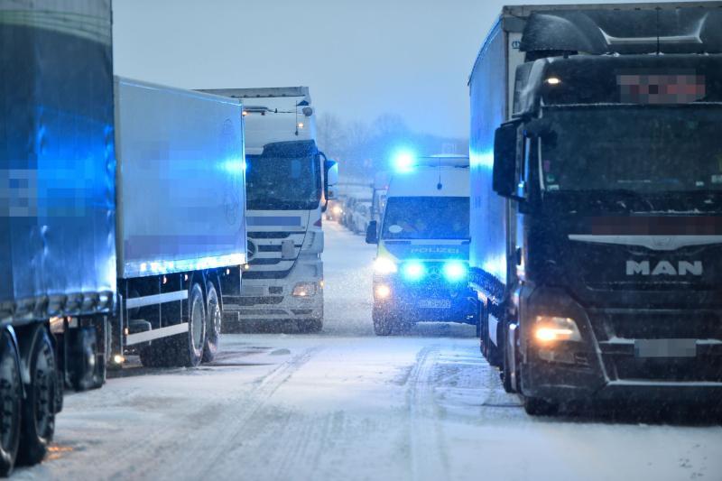 Schneefälle legen Autobahn lahm
