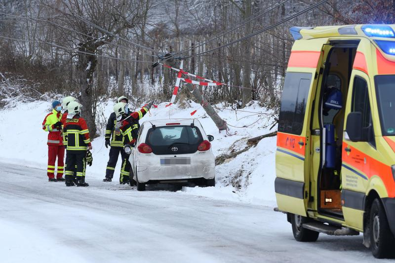 PKW prallte bei Schneeglätte gegen Telefonmast -  Eine Verletzte