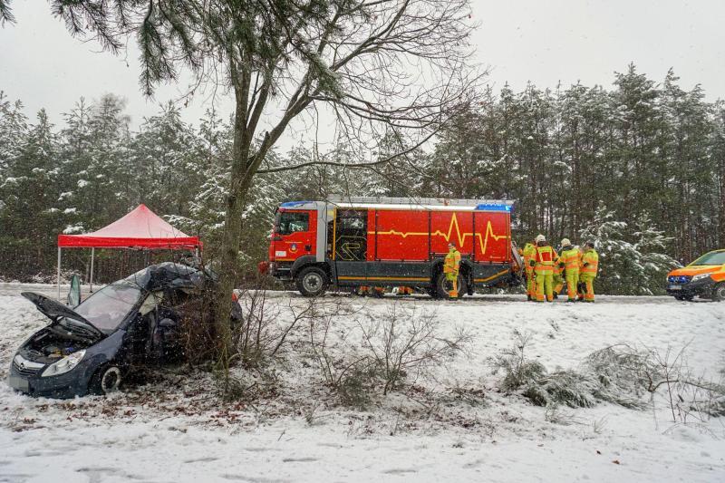 Tragischer Verkehrsunfall: Fahrer stirbt, Beifahrerin schwer verletzt