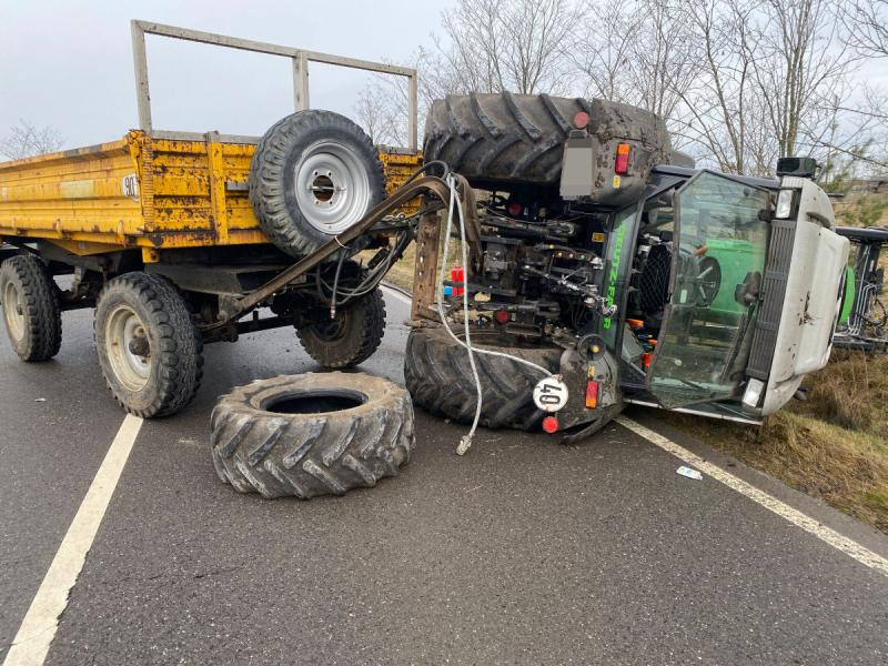 Traktor kippt an Tagebaurand um
