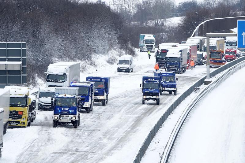 Schneechaos auf der Autobahn - THW schleppte LKW