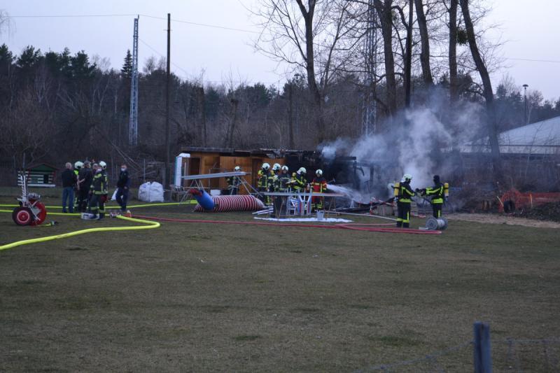 Feuerwehr rückt zu Schuppenbrand bei Hundesportverein aus