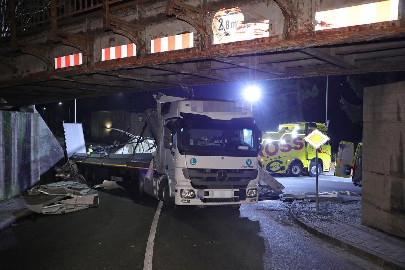 Sattelzug blieb an Eisenbahnbrücke hängen - hoher Sachschaden an Brücke und LKW