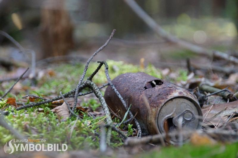 Unerlaubt Abfälle im Wald entsorgt