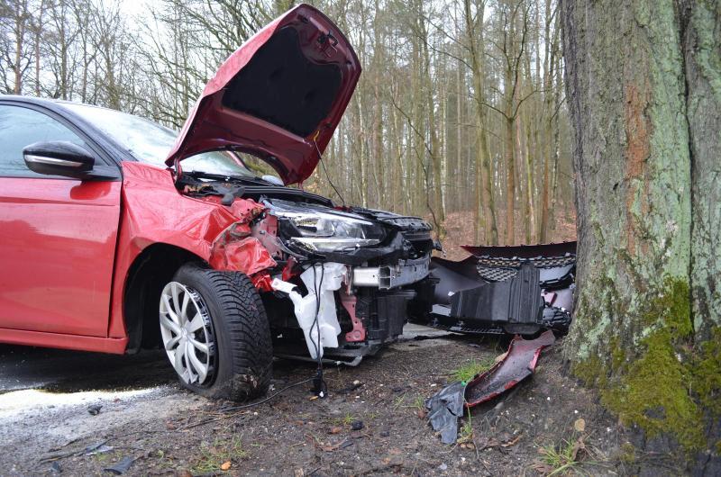 Opel kracht frontal gegen Baum