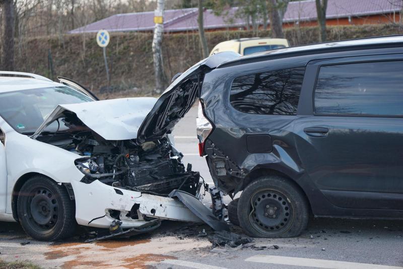 VW-Fahrer übersieht verkehrsbedingt stehende Fahrzeuge