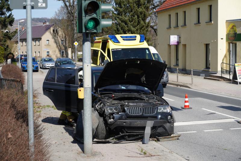 BMW kracht gegen Laterne