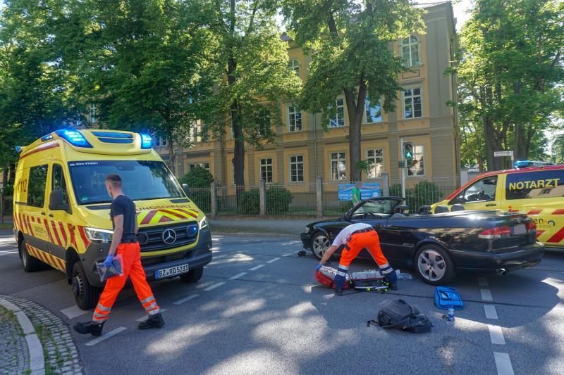 Cabrio erfasst Radfahrer an Ampelkreuzung