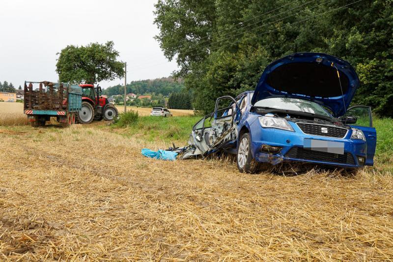 PKW prallt in Traktor