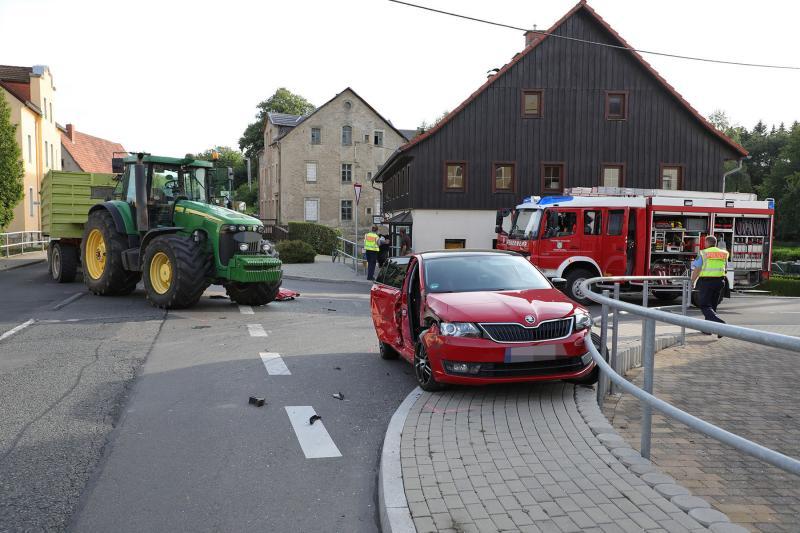 PKW kollidierte mit Traktor