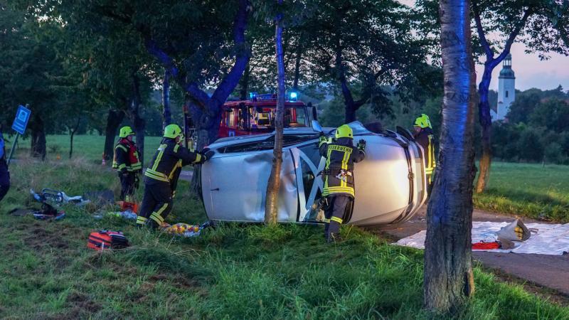 VW-Fahrer prallt gegen Baum: Fahrzeug kippt auf Beifahrerseite